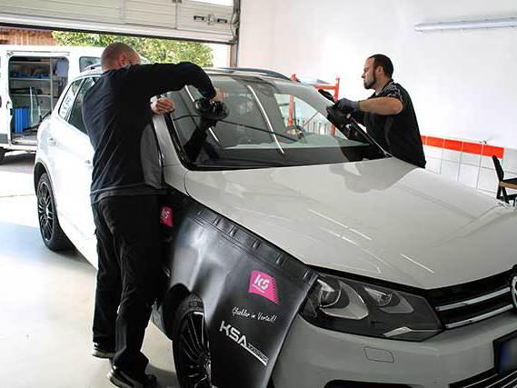 Austausch der Windschutzscheibe bei einem VW Touareg
